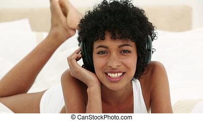 noir, musique, chevelure, femme, jeune, écoute