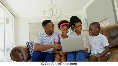 noir, ordinateur portable, maison, confortable, vue, divan, utilisation, 4k, jeune, devant, famille, séance