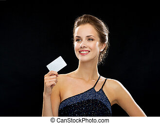 noite, crédito, mulher segura, sorrindo, vestido, cartão
