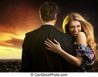 noite, par, jovem, elegante, conceitual, retrato, vestidos