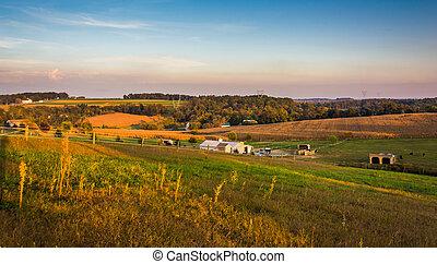 noite, vista, de, fazenda, campos, e, colinas rolantes, em, rural, município lancaster, pennsylvania.