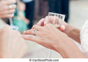 noiva, com, anel casamento, segura, um, vidro champanhe