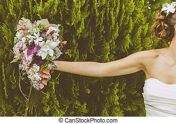 noiva, com, um, bonito, buquê flores
