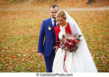 noiva, em, capa vermelha, com, grande, buquê casamento, passeios, ao redor, um, outono, campo, com, um, noivo