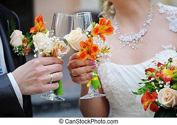 noiva noivo, é, segurando, óculos champanha