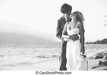noiva noivo, beijando, praia