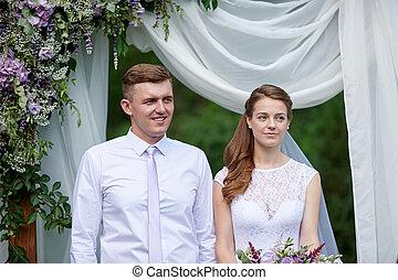 noiva noivo, em, um, cerimônia casamento, sob, a, arco