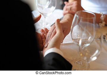 noiva noivo, segurando, cada, other\'s, mãos