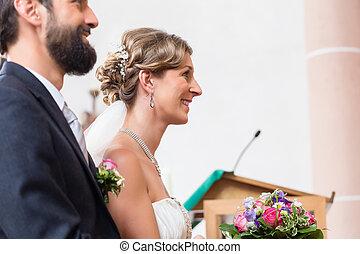 noiva noivo, tendo, casório, em, igreja, em, altar