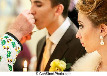 noivo, beijos, noiva, enquanto, padre, olha, helb, anel casamento, ele