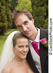 noivo, jovem, noiva, atraente, ao ar livre, retrato