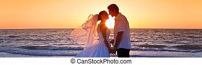 noivo, par, casado, noiva, pôr do sol, casório, beijando, praia
