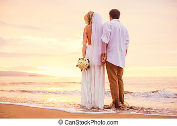 noivo, praia, par romântico, casado, tropicais, noiva, espantoso, pôr do sol, segurar passa, desfrutando, bonito