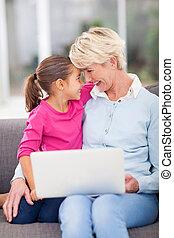 nonna, anziano, nipote, abbracciare, lei