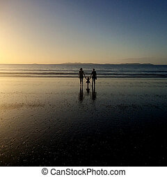 nonna, daugther, e, grandhild, camminare, spiaggia