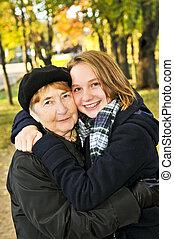 nonna, nipote, abbracciare