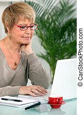 nonna, usando computer portatile