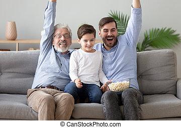 nonno, poco, osservare, padre, felice, insieme, figlio, tv