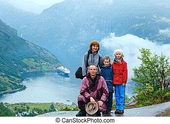 (norge), fiordo de geiranger, familia , sobre