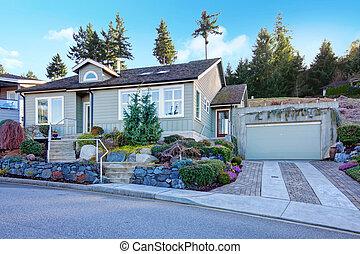 noroeste, telhado azulejo, casa pequena, com, um, bonito, flowerbed
