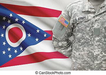 norteamericano, soldado, con, bandera del estado de los...