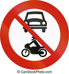 Norwegian regulatory road sign - No motor vehicles