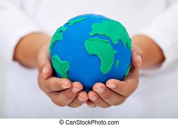 nosso, lar, -, criança, segurando, terra, feito, de, argila