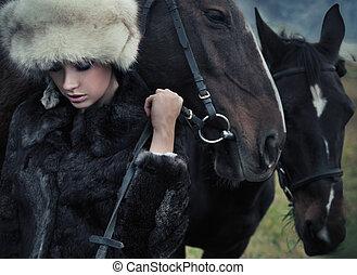 nostálgico, jovem, morena, posar, perto, um, cavalo