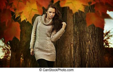 nostálgico, mulher jovem, andar, em, um, outono, parque