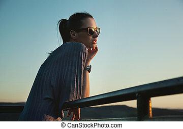 nostalgique, jeune, beauté, lunettes soleil port