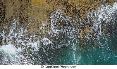 nostalgique, ocean., vidéo, vagues, mouvement, rouleau, aérien, lent, facilement, mer, pacifique, atlantique, rivages, rocheux