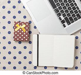 nota, con, regalo, y, computador portatil