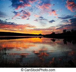 notable, ocaso, sobre, lago, con, brillante, nubes, y, cielo