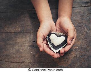 note amour, sur, noir blanc, chocolat, dans, gosse, main