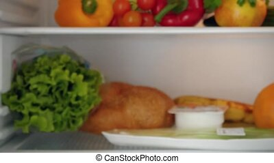 note, femme, porte, étagères, liste, aimant frigo, intérieur, laitage, elle, inspection, marques, mettre, produits, chèque, réfrigérateur