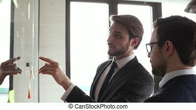 notes, partenaires, équipe, hommes affaires, bureau, deux, réussi, discuter, collant