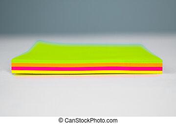 notes, sommet, différent, vue, côté, pile, bureau, papier collant, coloré