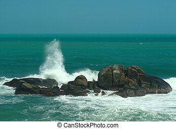 notheren, 波, に対して, 海岸, サージ, 岩, columbias, 衝突