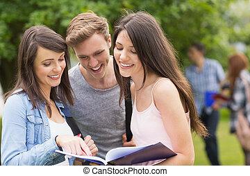 notizblock, studenten, glücklich, lesende