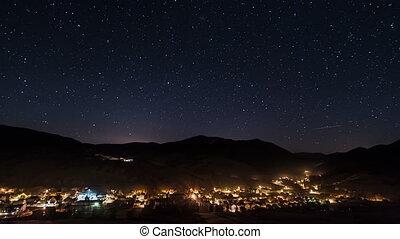 noturna, tráfego, em, vila, e, luzes rua, sob, céu estrelado, lapso tempo