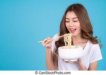 nouille, jeune, portrait, sourire heureux, manger, femme, asiatique