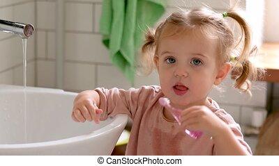 nourrisson, dents, girl, brossage, salle bains