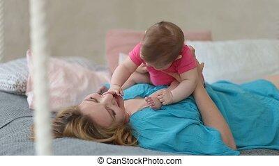 nourrisson, elle, lit, jouer, mère, bébé, joyeux