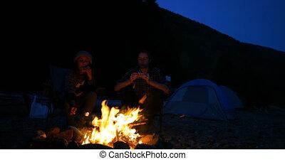 nourriture, 4k, randonneur, feu camp, couple, manger