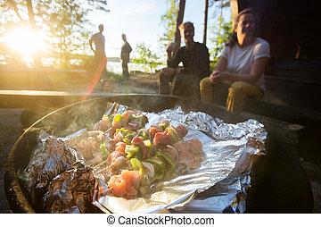 nourriture, brochettes, firepit, être, forêt, grillé