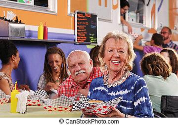 nourriture, couple, déjeuner, camion, avoir, sourire, personne agee