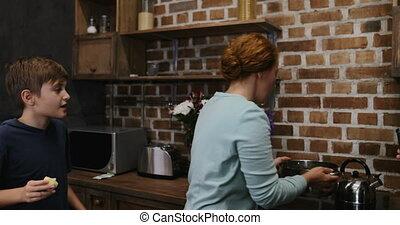 nourriture famille, cuisine, cuisine, ensemble, portion, dîner, parents, préparer, mère, petit, maison, enfants, heureux