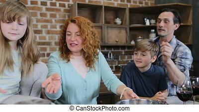 nourriture famille, cuisine, ensemble, enfants, quoique, parents, préparer, temps, cuisine, dépenser, maison, heureux