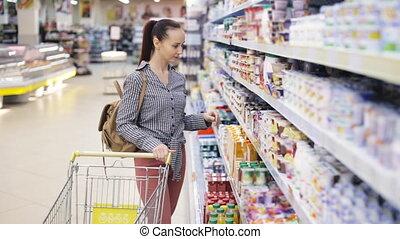 nourriture, femme, jeune, supermarché, chooses