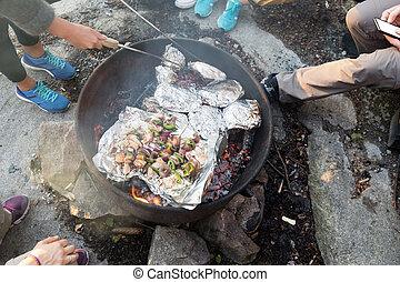 nourriture, firepit, grillade, forêt, randonnée, pendant, amis